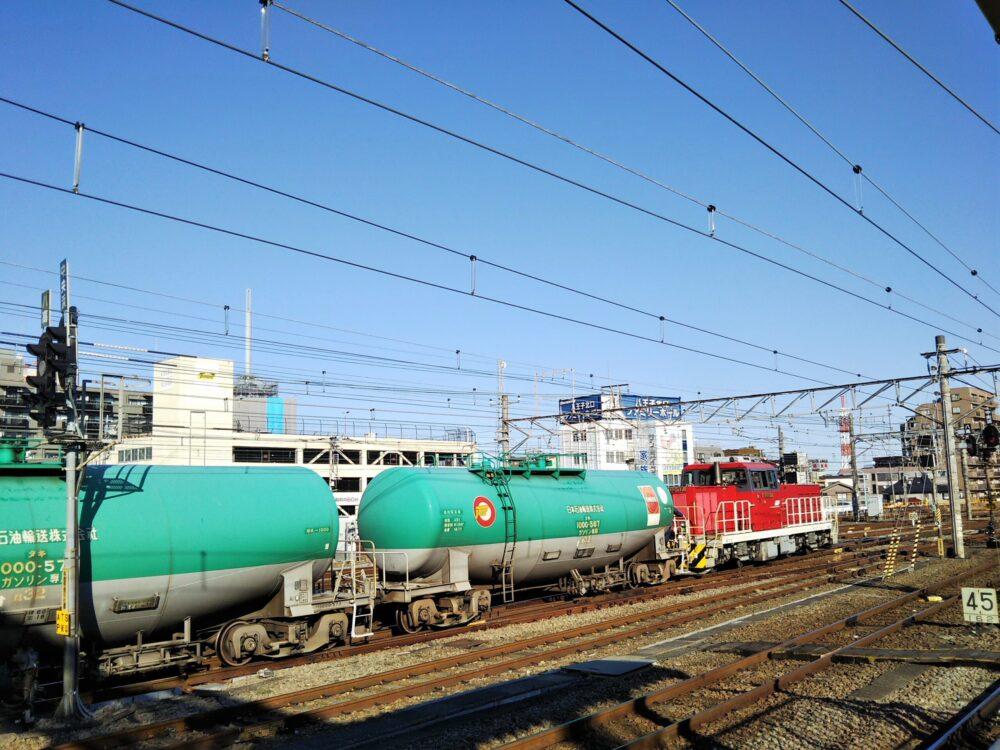 ディーゼル機関車がタンク車を牽引してJR八王子駅を発車した様子