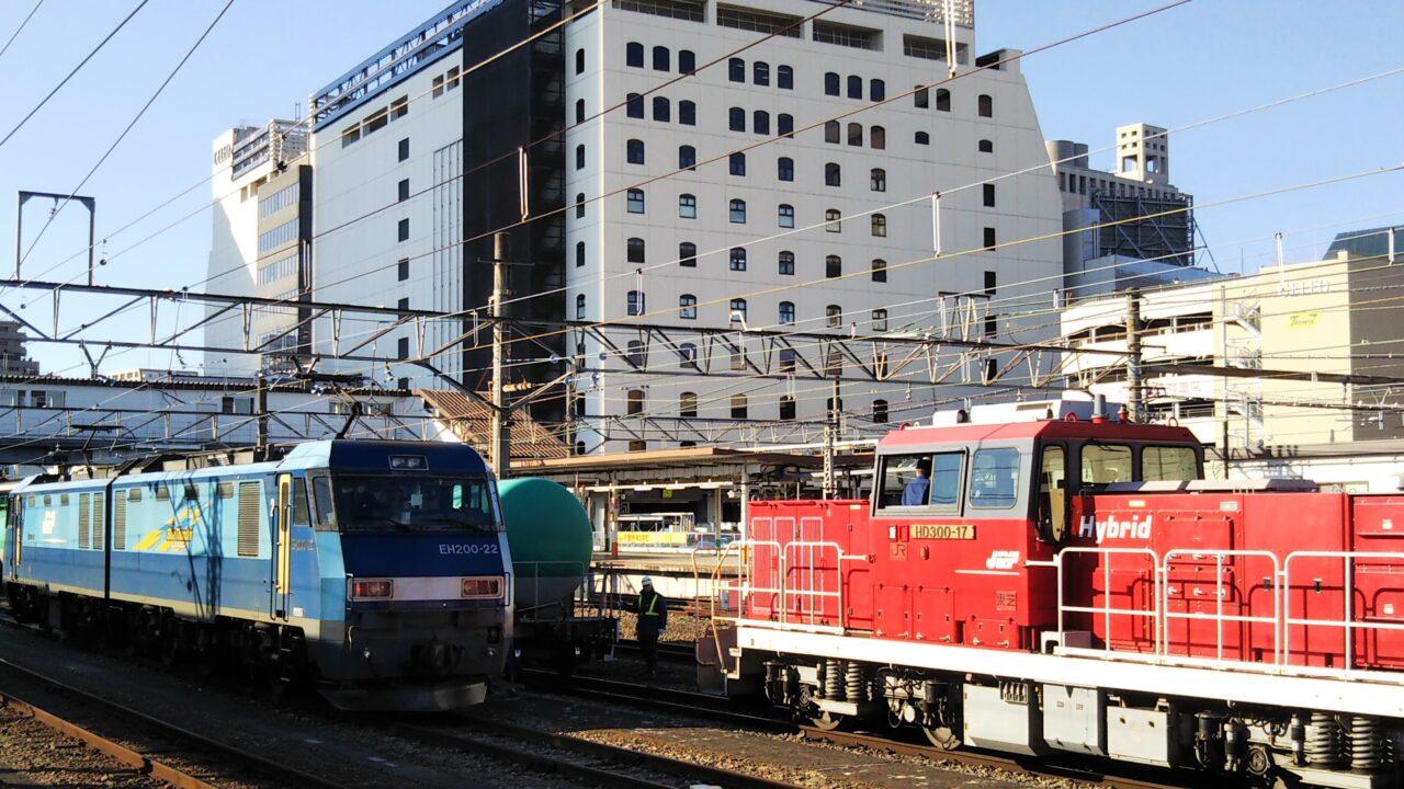 JR八王子駅で見える貨物列車とディーゼル機関車
