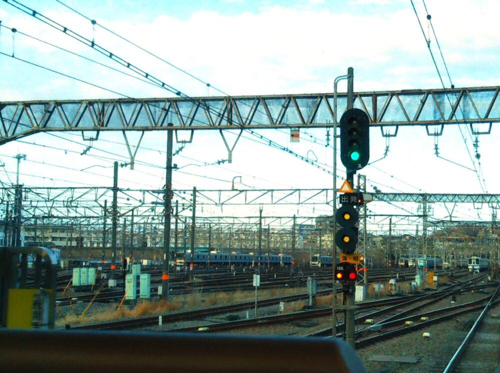 ロマンスカーGSEの展望席2列目の窓側から見える景色(海老名駅の車両基地前)