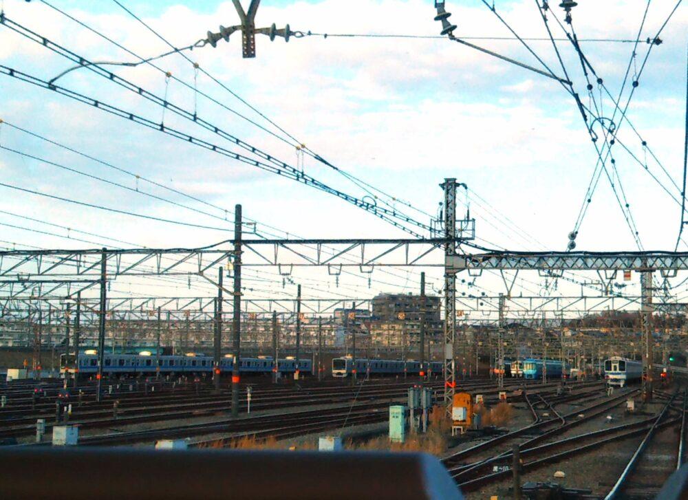 ロマンスカーGSEの展望席2列目の窓側から見える景色(海老名駅の車両基地通過直前)