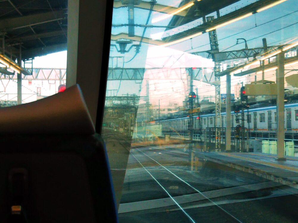 ロマンスカーGSEの展望席2列目の窓側から見える景色(海老名駅相鉄線側)