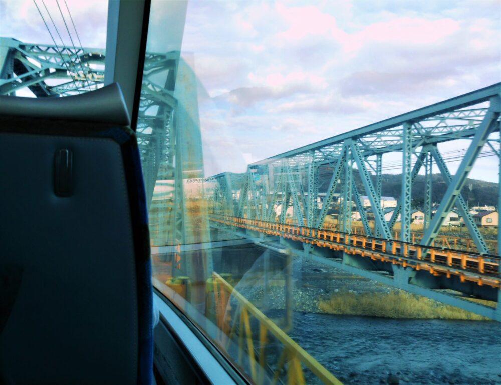ロマンスカーGSEの展望席2列目の窓側から見える景色