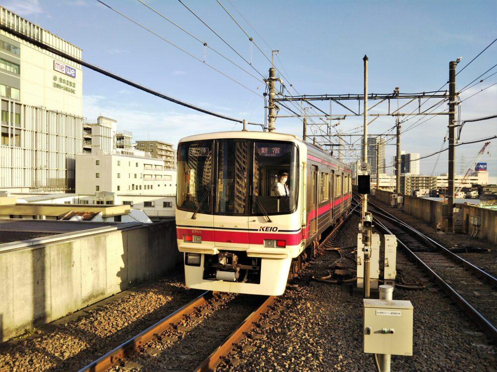 京王相模原線の橋本駅ホームから発車する電車