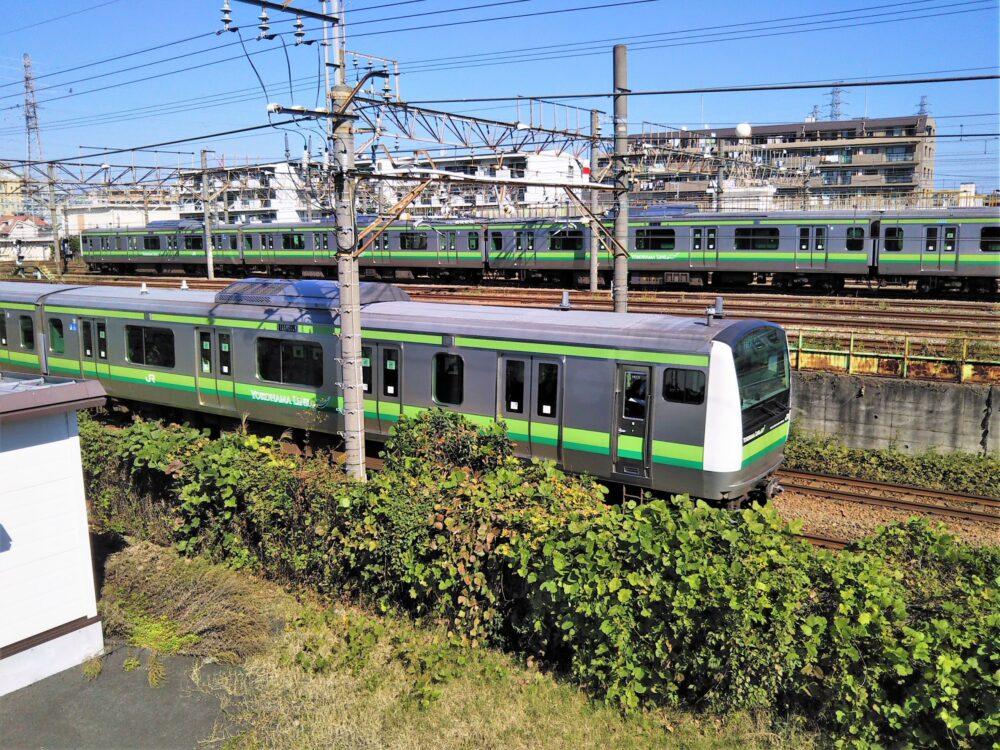 橋本駅にあるJR横浜線の車両基地と走行するJR横浜線の電車