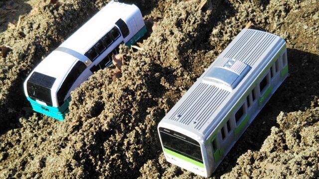 砂場で遊べる電車のおもちゃ