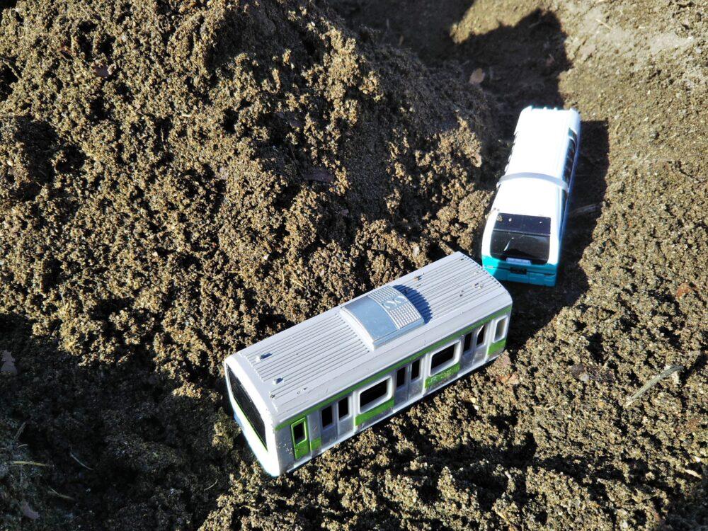 砂場を走る電車のおもちゃ