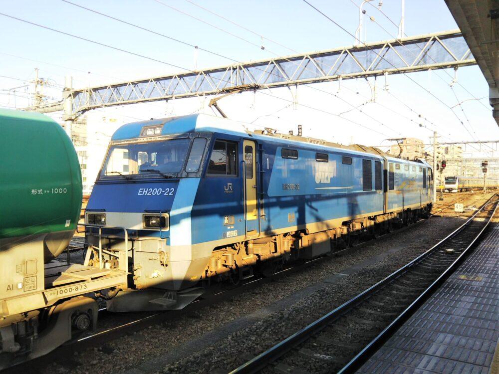 JR八王子駅で見える貨物列車のブルサンダーとタンク車