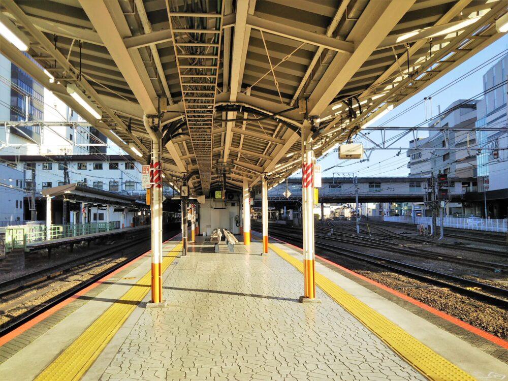 JR八王子駅の中央線・松本方面の先頭車両側ホーム(ベンチ側)