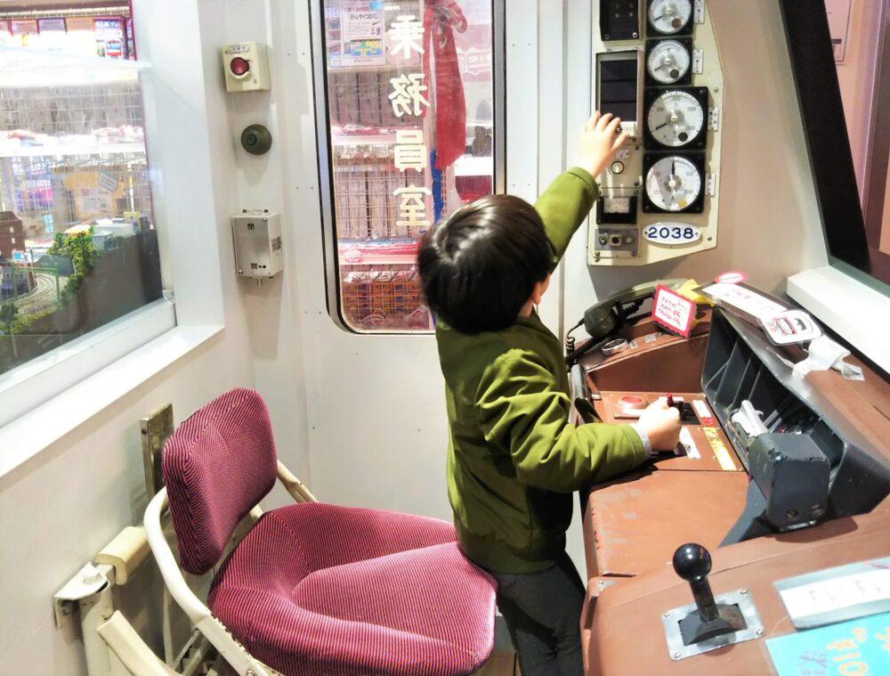 おとどけいきゅうプラス横浜港大さん橋店の運転席で遊ぶ子供