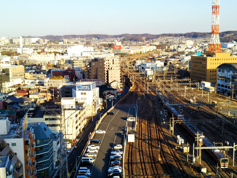 セレオ八王子屋上から見える電車と線路