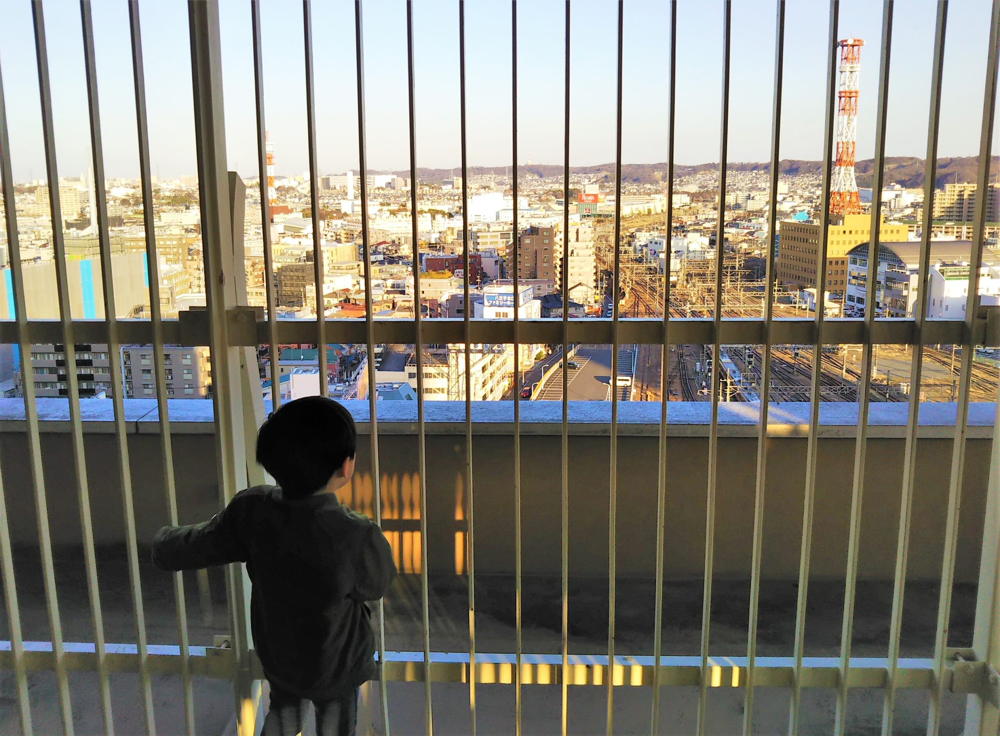 セレオ八王子屋上から電車を眺める子供
