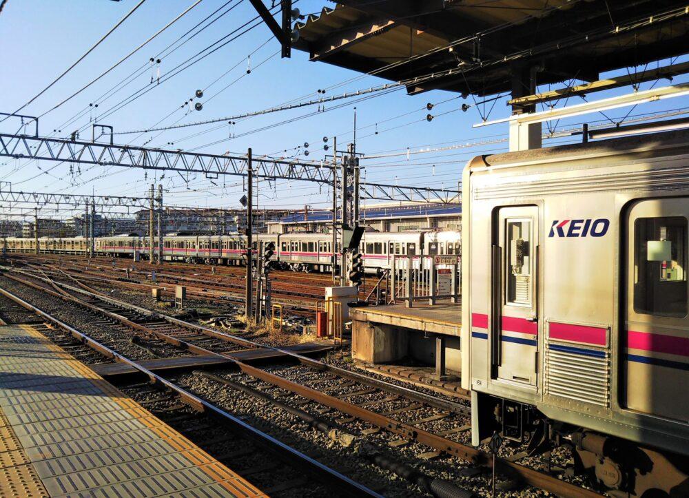 京王線の駅ホームから見える高幡不動検車区