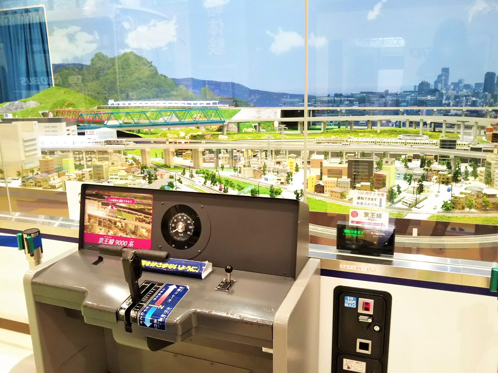 京王れーるランドの鉄道模型と運転席