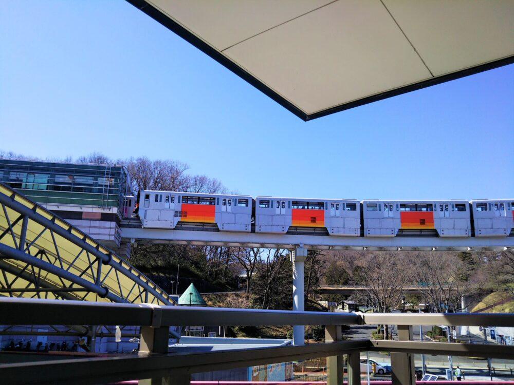 京王れーるランド2階テラスから見える多摩モノレール