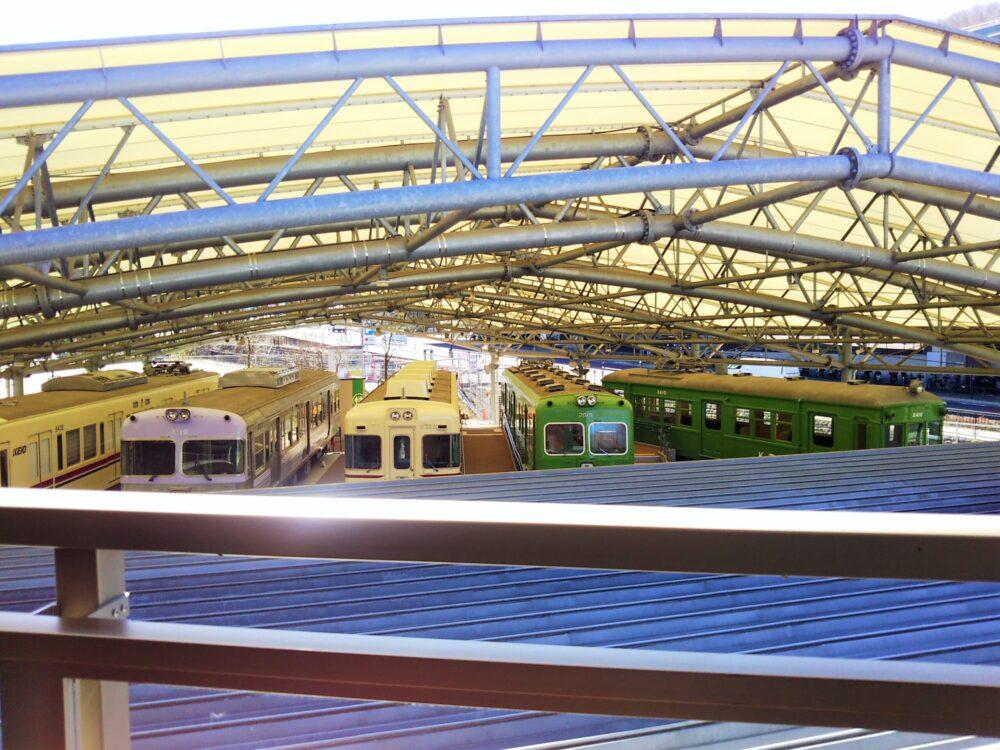 京王れーるランド2階テラスから見える展示車両