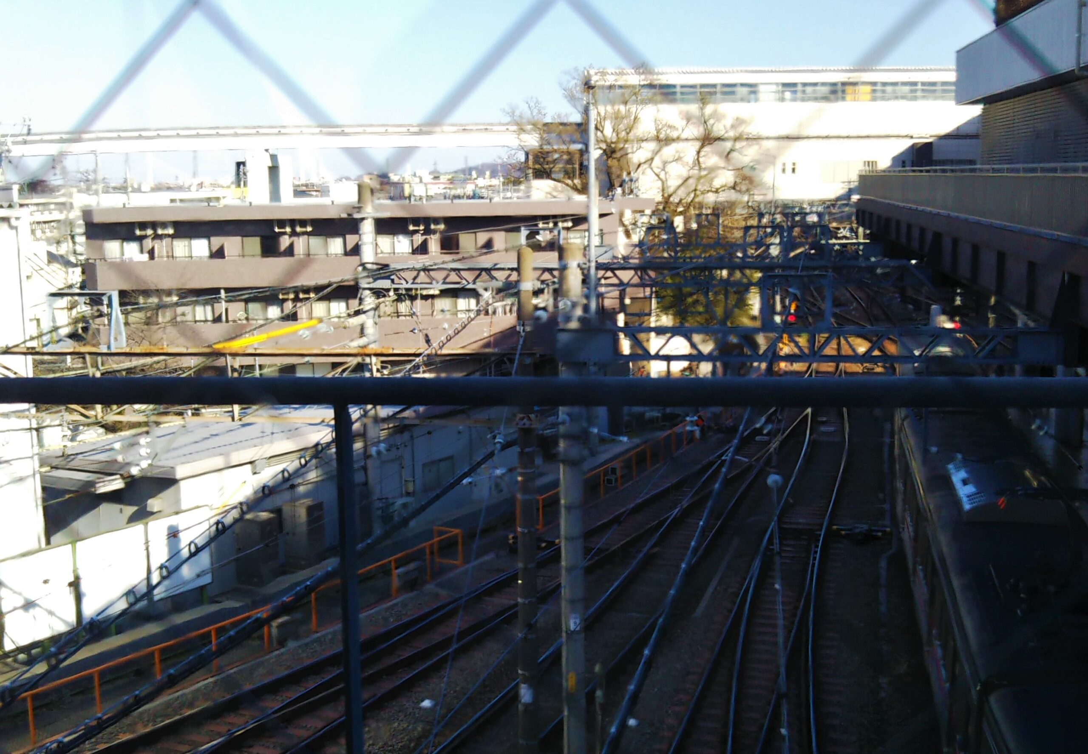京王線の車両基地と多摩モノレールが見える