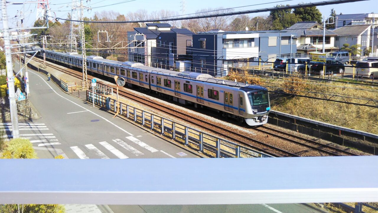 子どもセンターまあちから見える小田急線の電車5000形