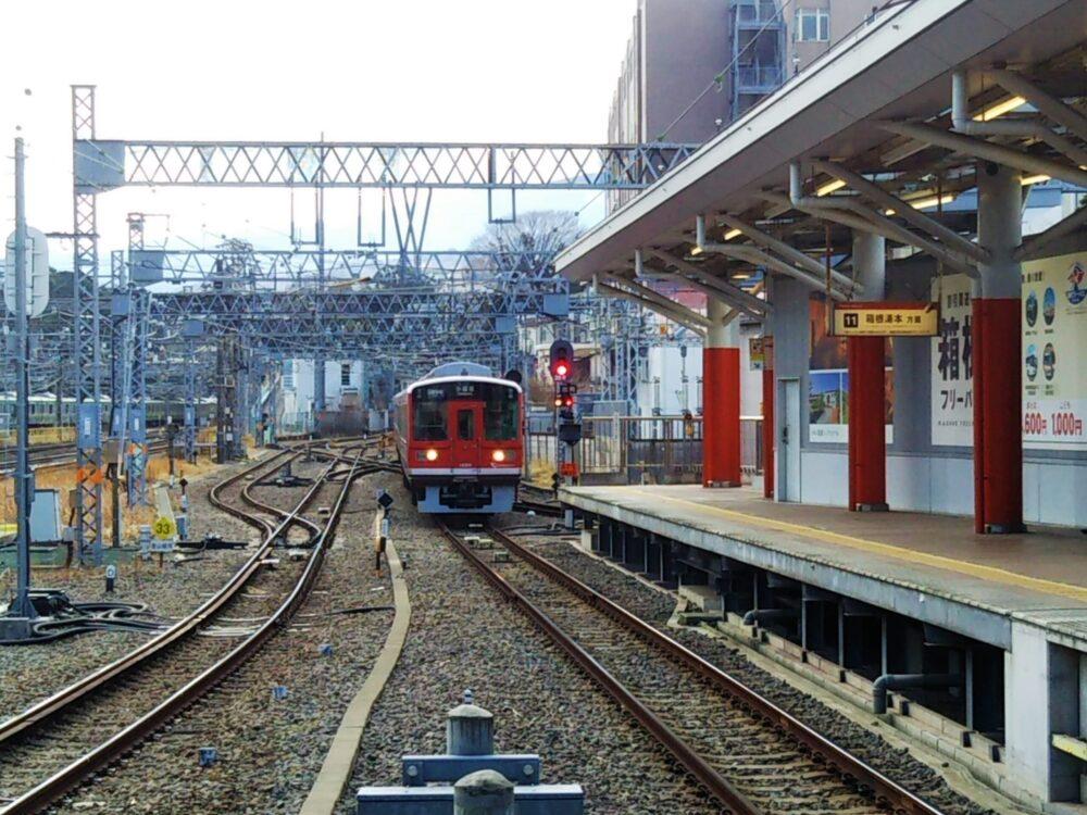 小田原駅に入線する箱根登山電車