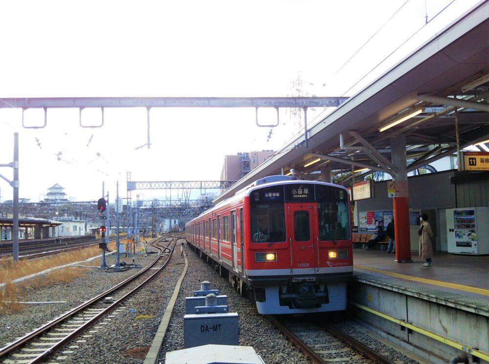 小田原駅に到着する箱根登山電車