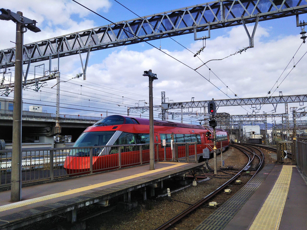 小田原駅を発車するロマンスカーGSE
