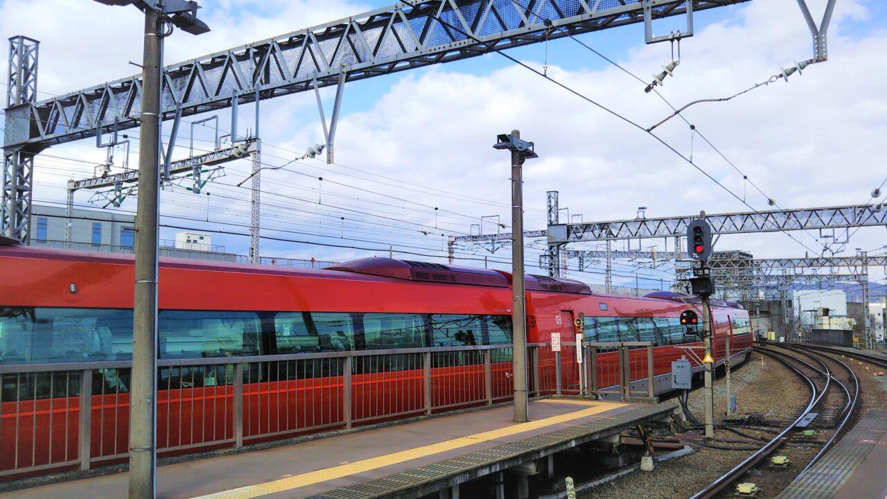 小田原駅を走行するロマンスカーGSE