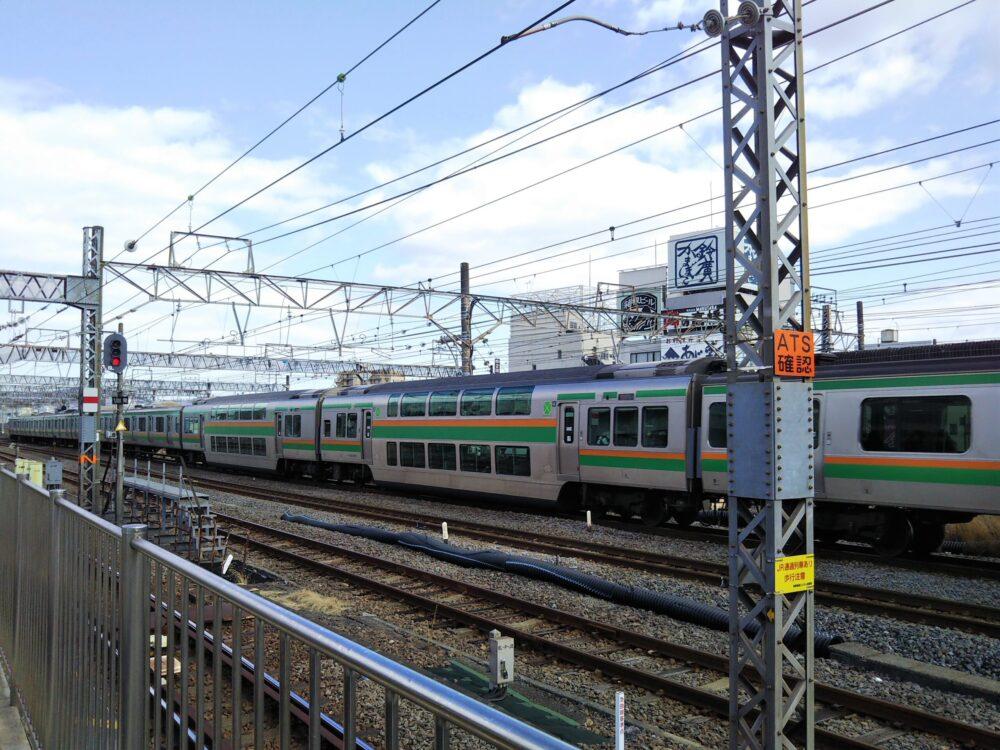小田原駅を走行する東海道線の電車