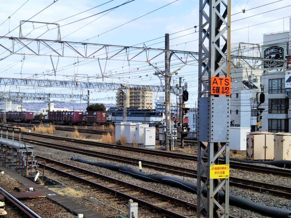 小田原駅を走行する貨物列車