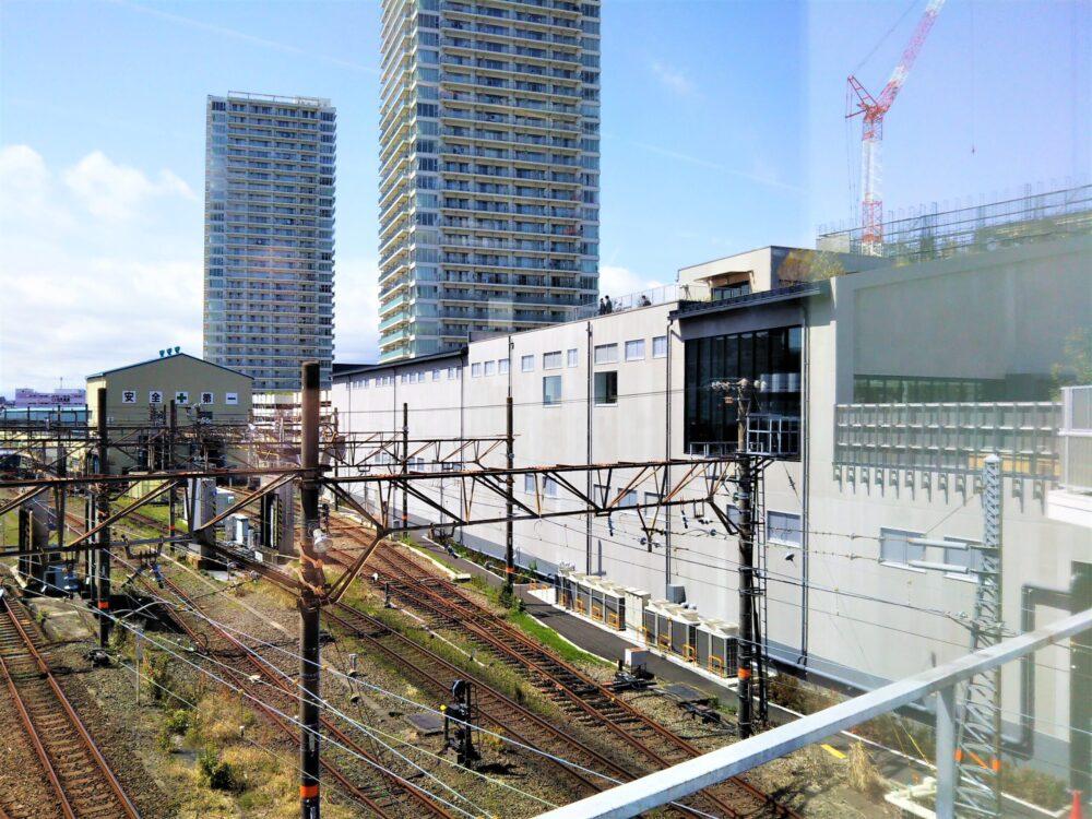 小田急線海老名駅周辺の自由通路から見えるロマンスカーミュージアム