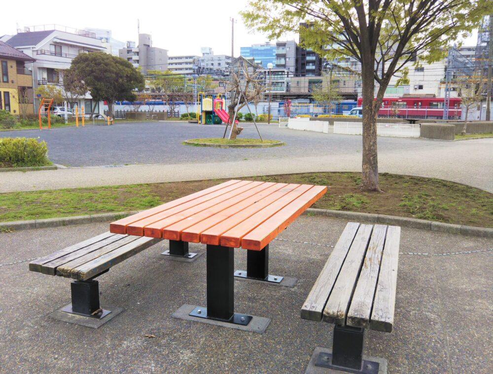 浦島公園にあるテーブルとイス