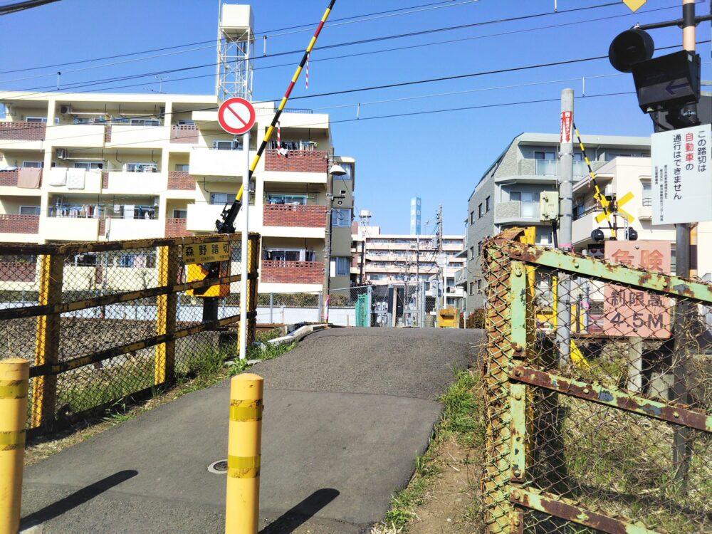 町田市役所付近にある踏切の坂道-
