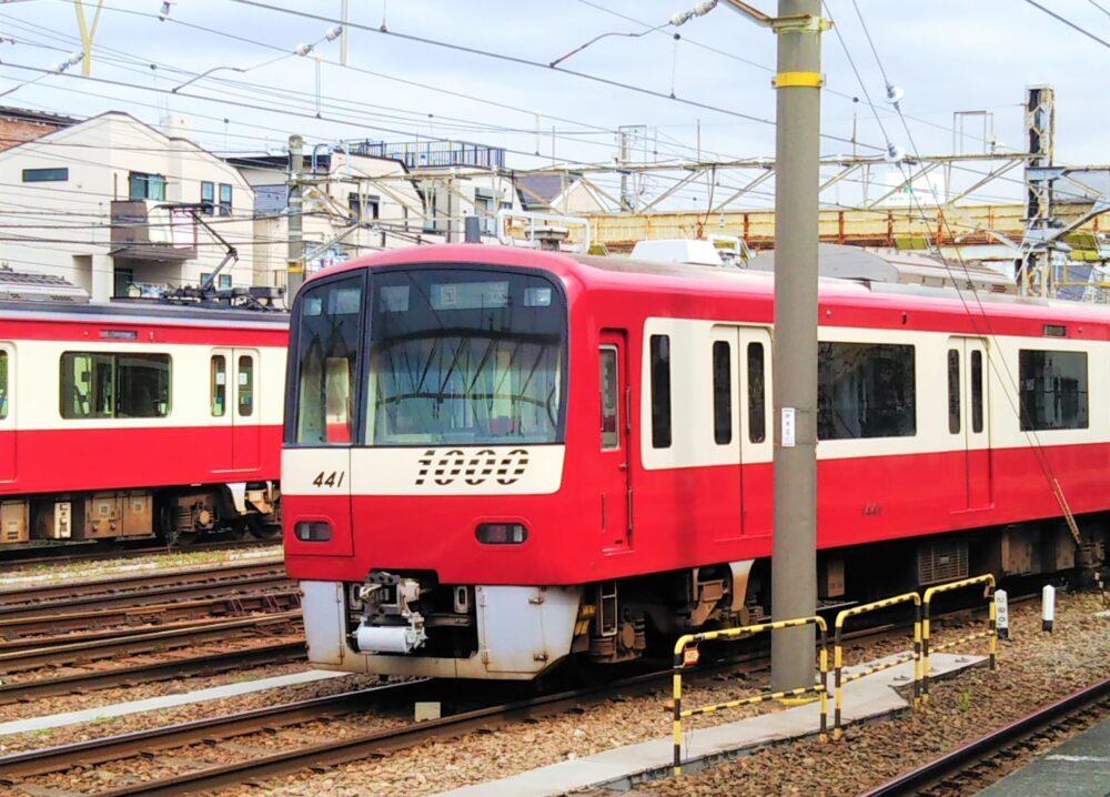 神奈川新町駅の京急線の電車