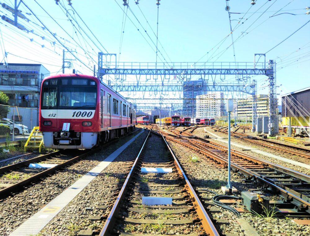 神奈川新町駅の踏切から見える車両基地