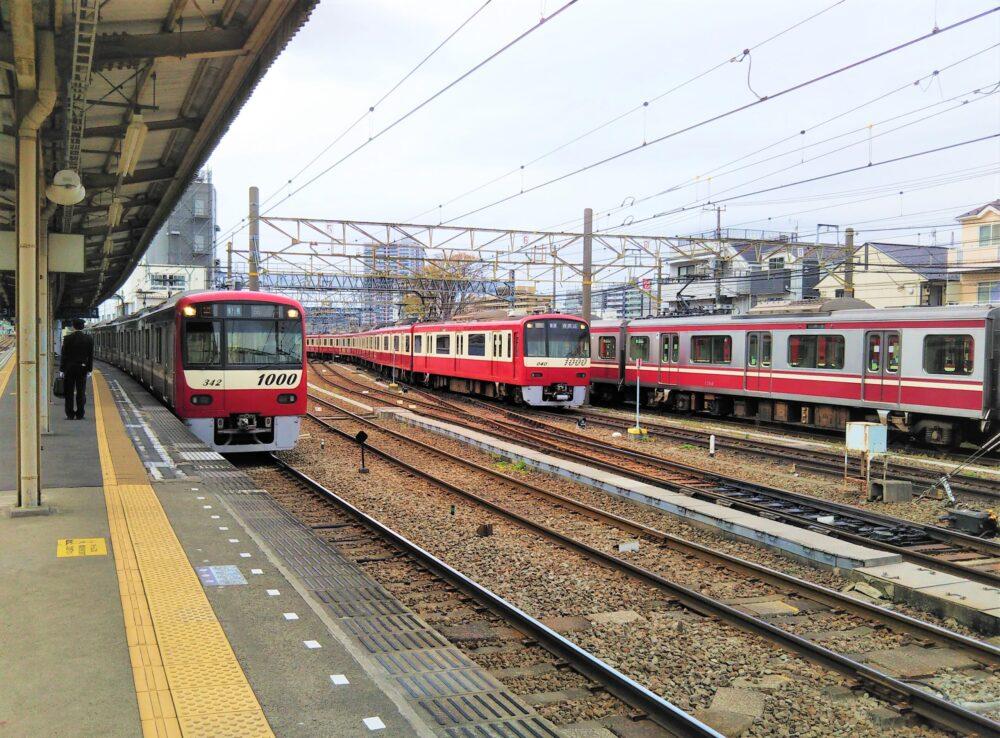 神奈川新町駅ホームで見える電車