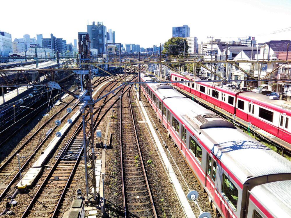 神奈川新町駅の跨線橋から見える京急線(車両基地側)