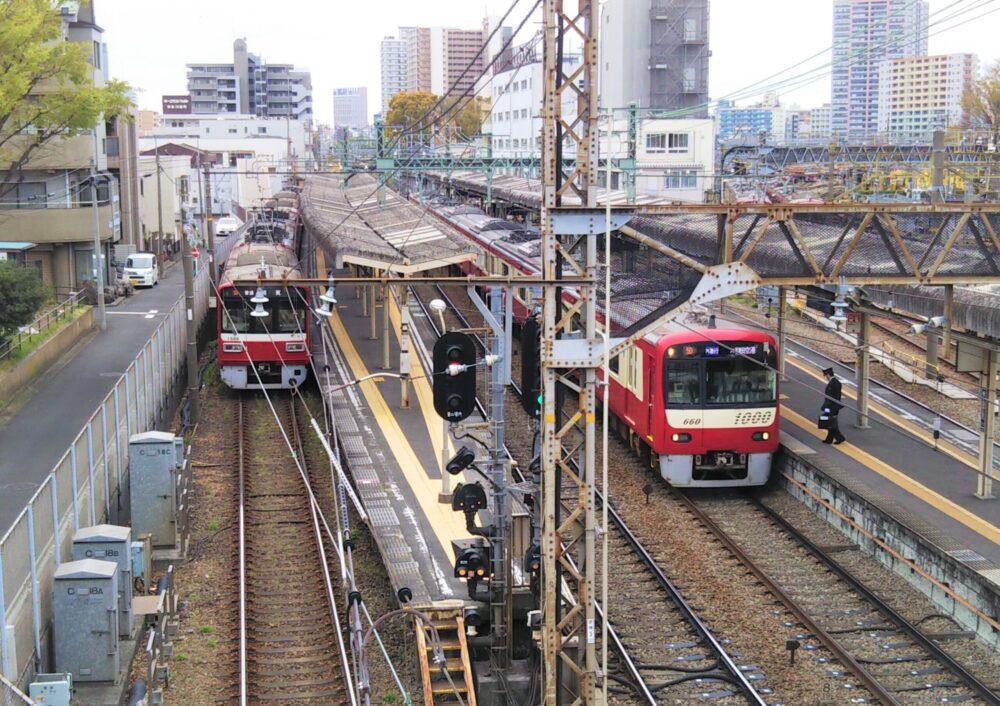 跨線橋から見える京急線の神奈川新町駅ホーム