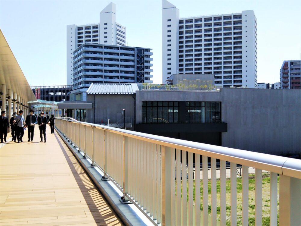 JR相模線の自由通路から見えるロマンスカーミュージアム