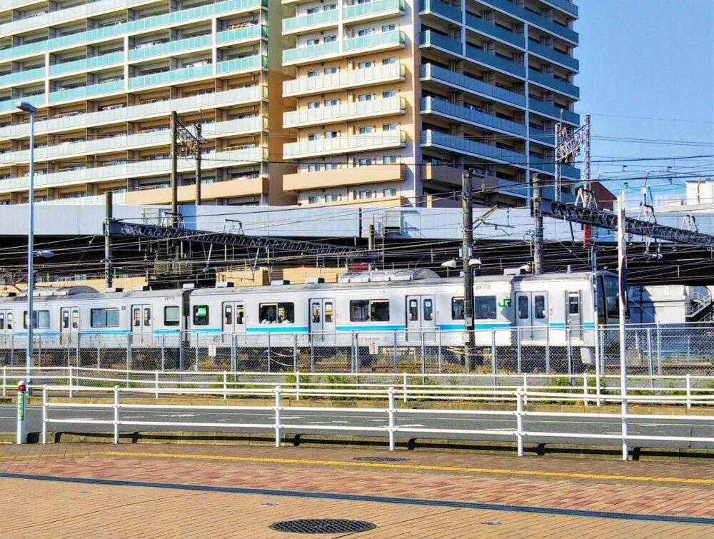 アリオ橋本前で見える相模線の電車