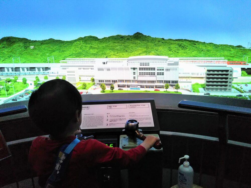 ロマンスカーミュージアムでジオラマ運転体験する子供