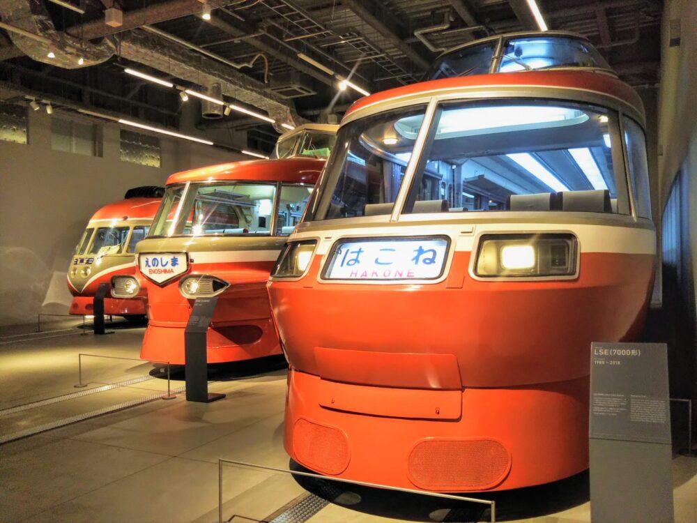 ロマンスカーミュージアムに並ぶ展示車両のロマンスカ