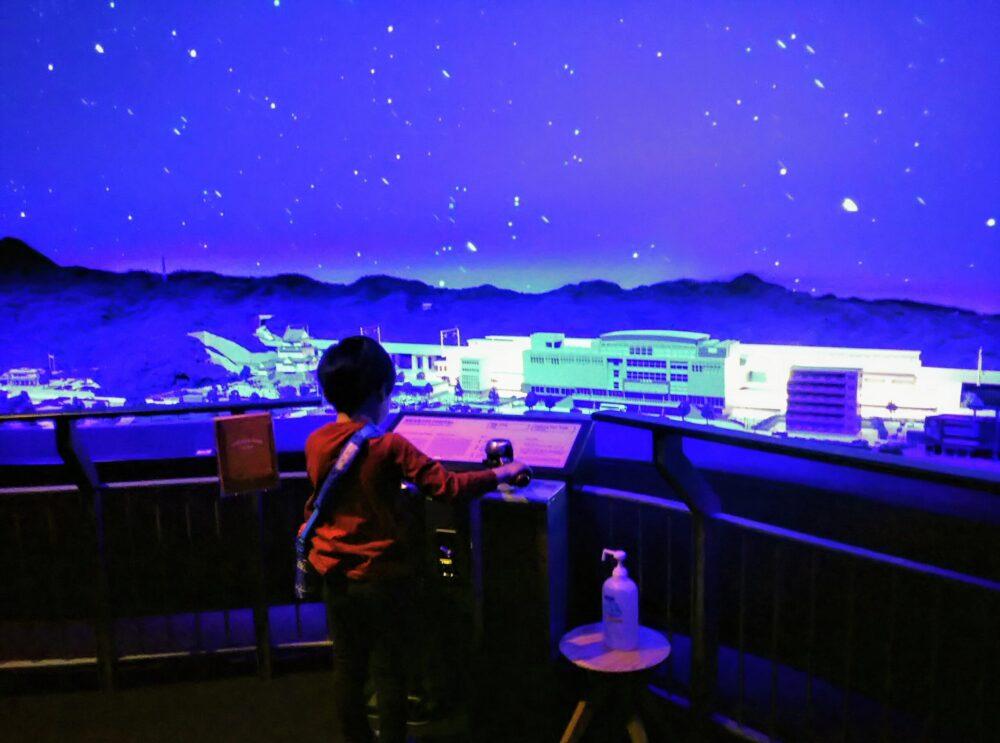ロマンスカーミュージアムのジオラマパーク ロマンスカーGSEの運転体験をする子供