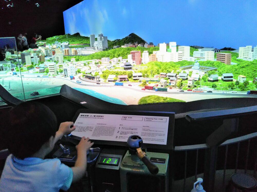 ロマンスカーミュージアム ジオラマパークで江ノ電の運転体験をする子供