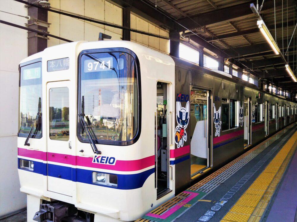 橋本駅に停車中の京王線オリンピックのラッピング電車