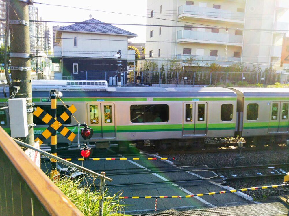古淵駅周辺の踏切を通過する電車