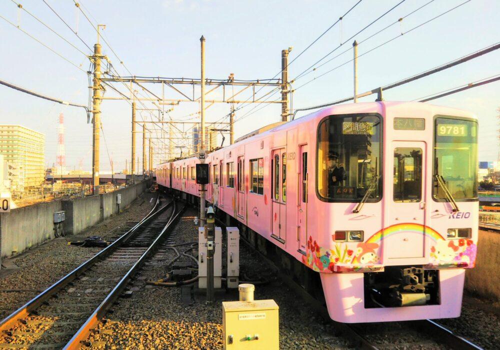 京王線の橋本駅ホームから見えるキティ電車