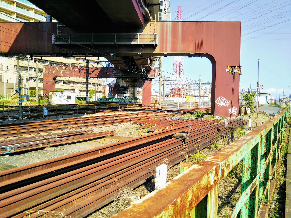 橋本駅周辺で見える線路の山