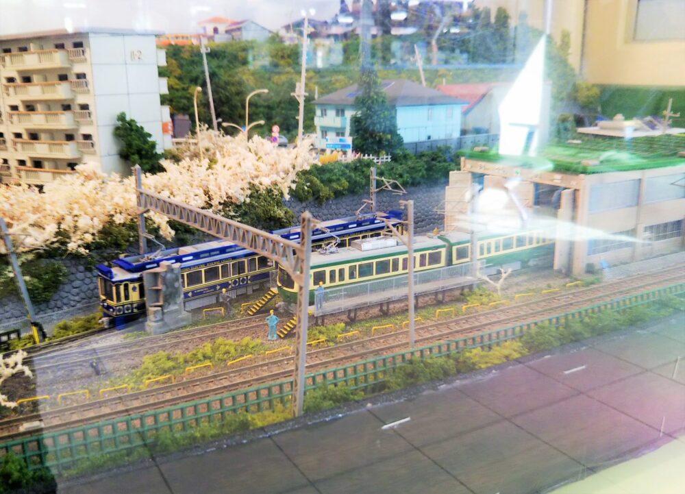 江ノ電|江ノ島駅の待合室にある鉄道模型(江ノ電の車両)
