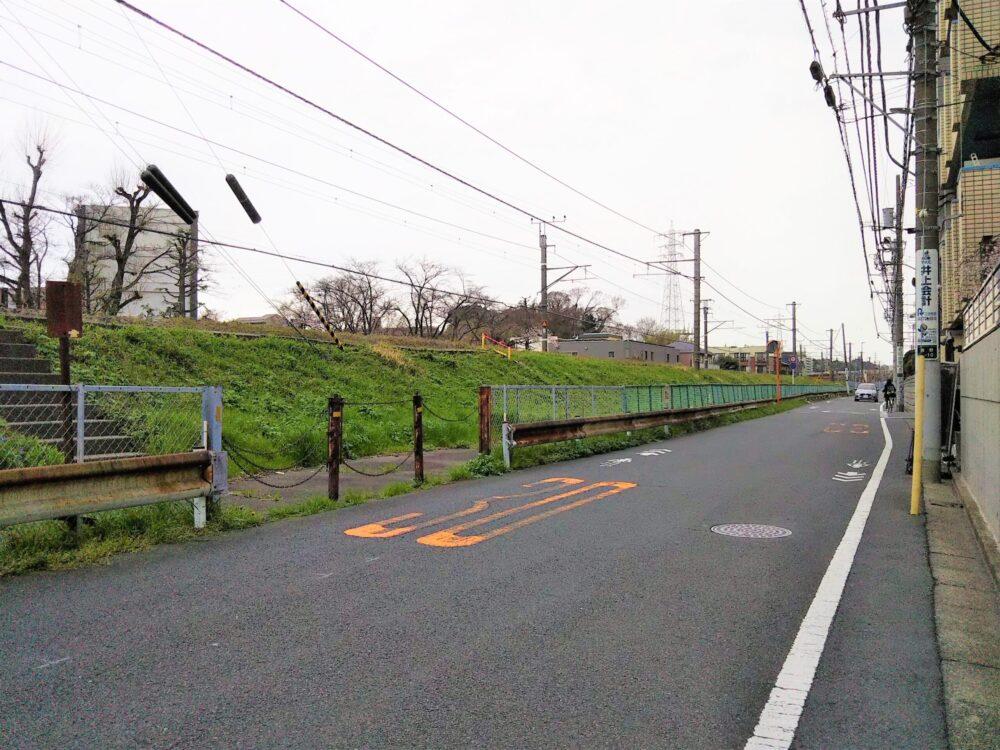 町田駅周辺の横浜線沿いの道