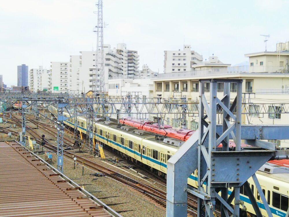 相模大野の跨線橋から見える電車(並走)