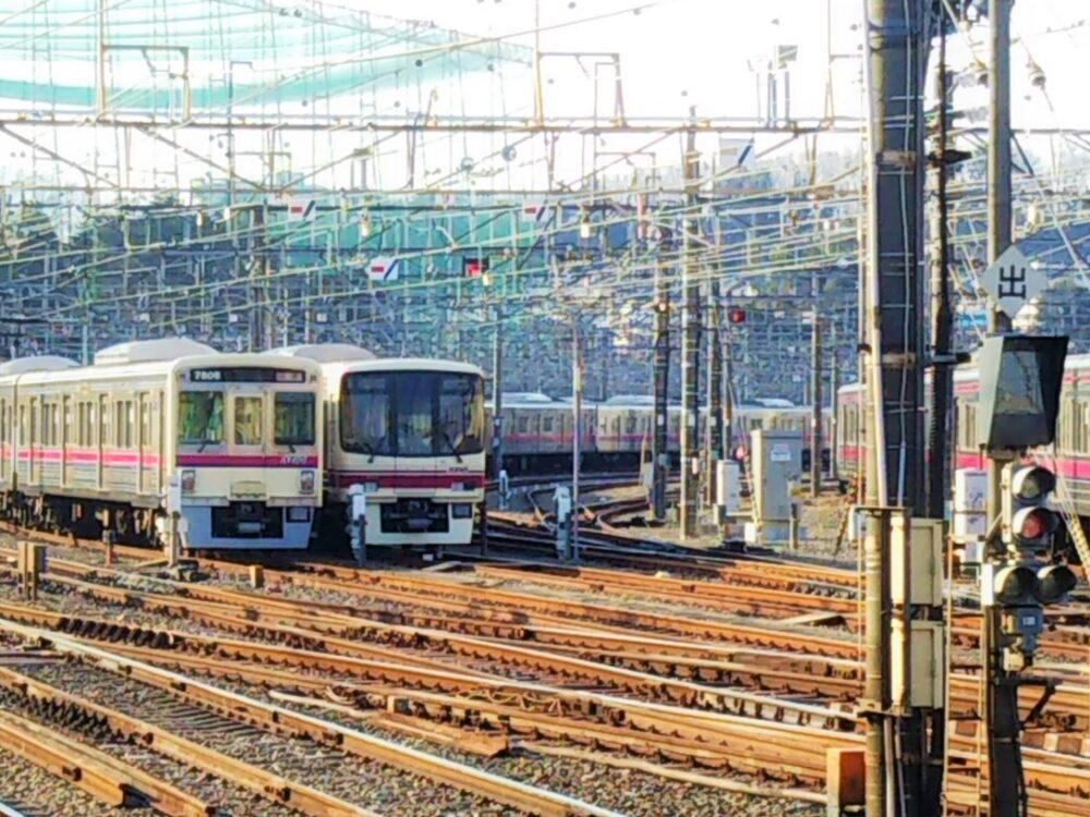若葉台の車両基地に入庫する電車
