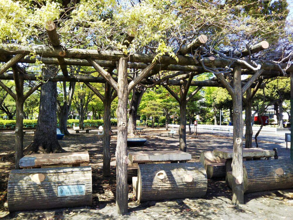 鹿沼公園にあるベンチ
